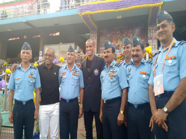 Rivaldo with Chief of Air Staff, Air Chief Marshal Arup Raha before Subroto Cup final kick off (Image courtesy: Ministry of Defence Twitter handle)