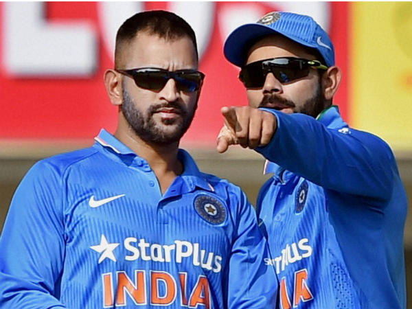 Dhoni (left) and Kohli during the 4th ODI in Ranchi