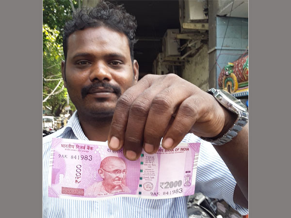 Now selfies with the new Rs 2,000 note