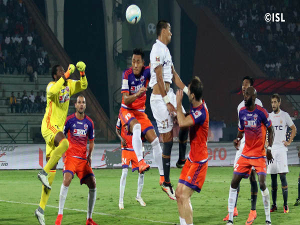 NorthEast and FC Pune City players