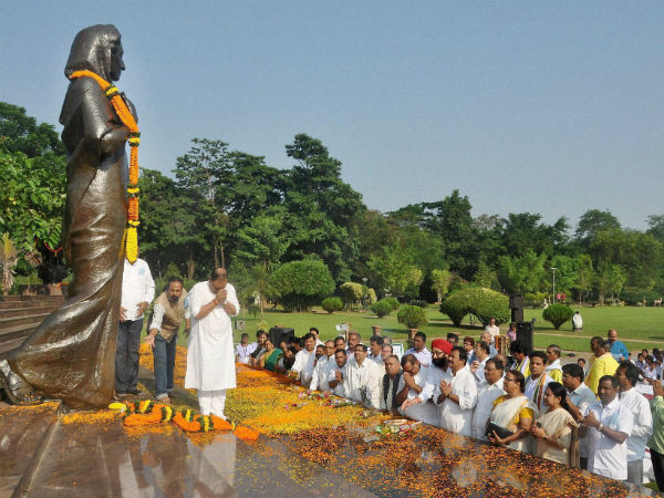 Floral tributes paid to Indira Gandhi