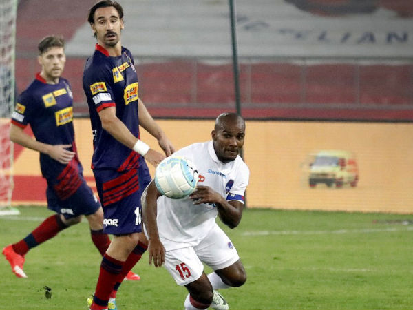 Borja Fernandes (left) and Florent Malouda tussle for the ball (Image courtesy: ISL Twitter handle)