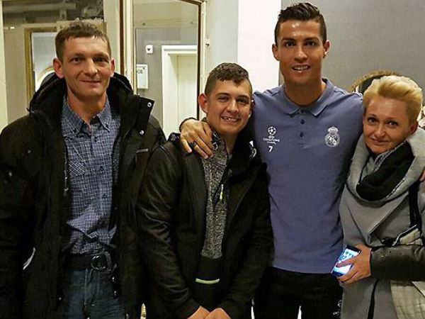 Cristiano Ronaldo with his fan (Image courtesy: Real Madrid Twitter handle)