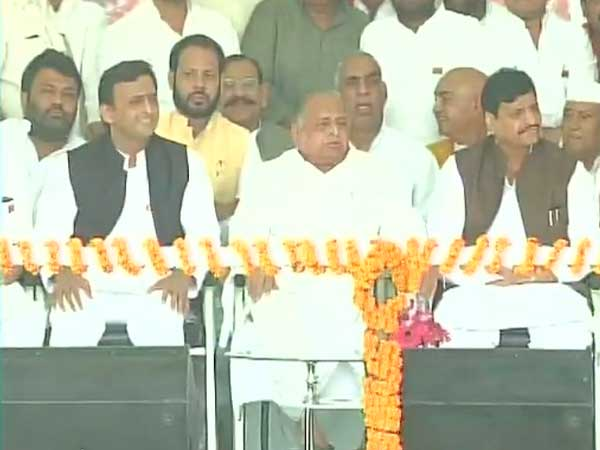 Mulayam, Shivpal and Akhilesh sitting together on the stage