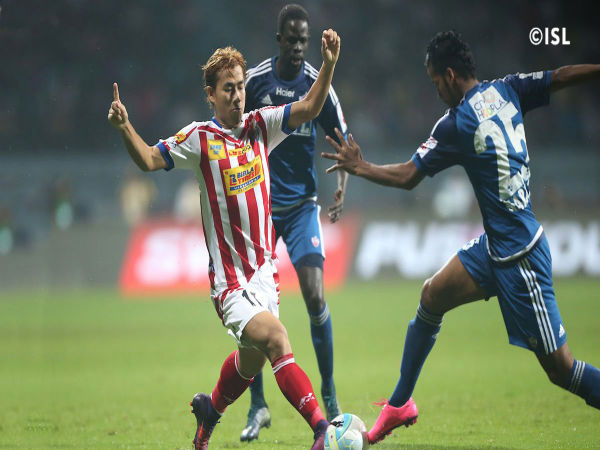 Bidyananda Singh (left) tussles with FC Pune City defenders (Image courtesy: FC Pune City Twitter handle)