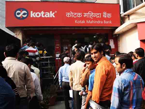 Long queues continue outside banks