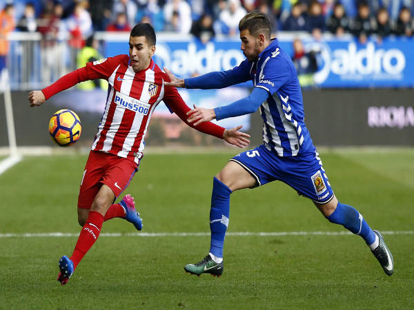 Atletico Madrid player (left) fight for the ball with Alaves defender (Image courtesy: Atletico Madrid Twitter handle)