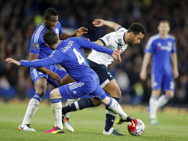 Chelsea's Cesc Fabregas, left, challenges for the ball withTottenham's Mousa Dembele during the English Premier League soccer match between Chelsea and Tottenham Hotspur at Stamford Bridge stadium in London