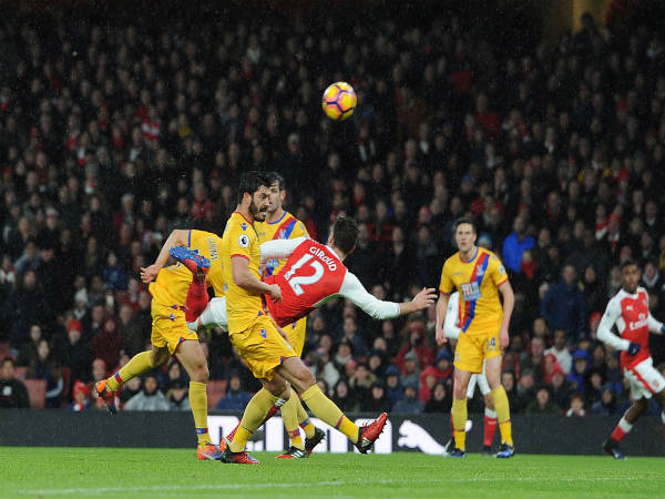 Olivier Giroud (red and white) scores a scorpion kick goal (Image courtesy: Arsenal Twitter handle)
