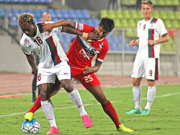 Sony Norde (left) fight for the ball with DSK defender (Image courtesy: Mohun Bagan Twitter handle)
