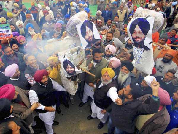 Congress workers burning effigy of Punjab deputy chief minister Sukhbir Singh Badal for blaming BSF for drugs smuggling in Amritsar.
