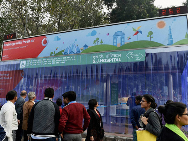 Safdarjung Hospital DTC bus stop where Vodafone installed air purifiers to decrease air pollution in New Delhi.