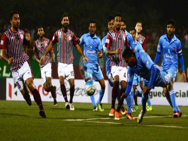 Mohun Bagan players tussle for the ball against Churchill Brothers (Image courtesy: I-League Twitter handle)