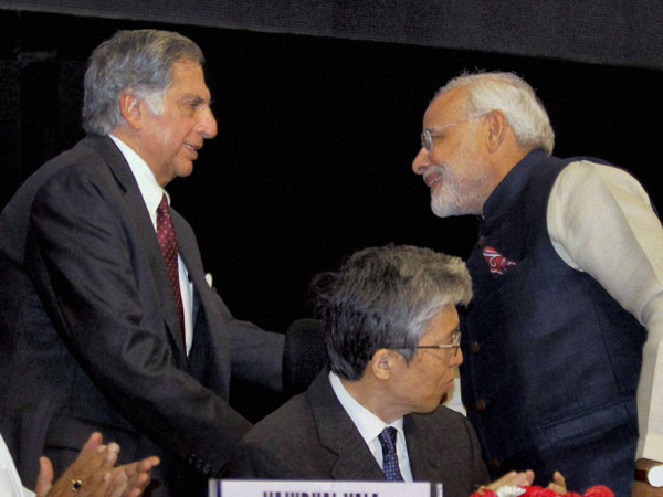 Narendra Modi shakes hands with Past Chairman of Tata Sons, Ratan Tata at the Vibrant Gujarat Global Investors Summit - 2013.
