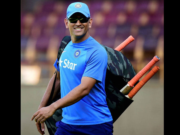 Dhoni arrives for practice session
