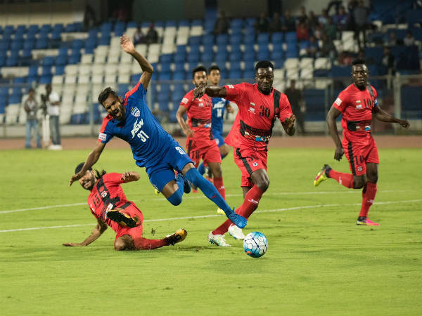CK Vineeth (blue jersey) tries to go past Minerva defenders (Image courtesy: Minerva Punjab FC twitter handle)