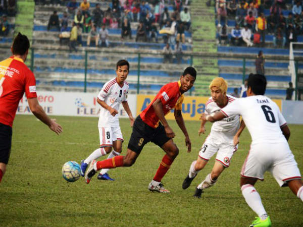 East Bengal's Willis Plaza (centre) in action against Shillong Lajong (Image courtesy: I-League Twitter handle)