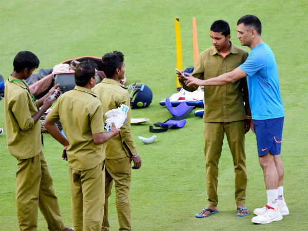 Must-see pic: MS Dhoni takes selfie with ground staff at Chinnaswamy stadium