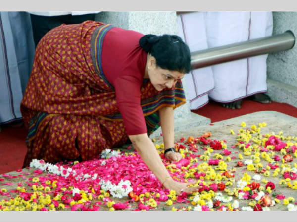 What does Sasikala's grave thumping mean