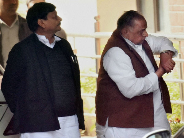 Shifting his stance yet again, Mulayam to campaign for SP-Cong alliance