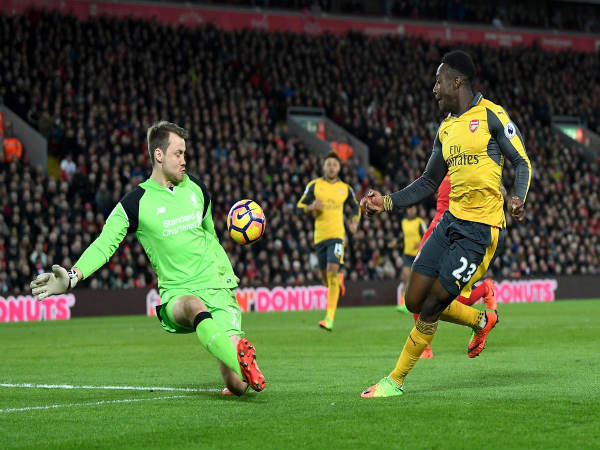 Danny Welbeck (right) scores past Simon Mignolet (Image courtesy: Arsenal Twitter handle)
