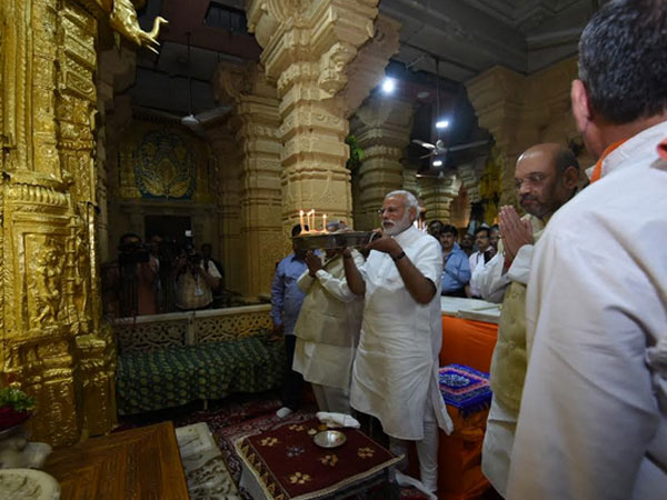 Narendra Modi performs aarti at Somnath temple