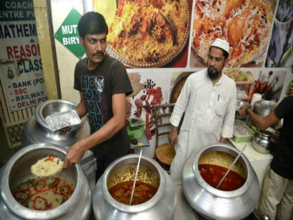 No meat? Guests served vegetable <i>biryani</i> at a Muslim mass wedding in UP