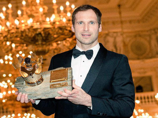 Petr Cech with his award (Image courtesy: Petr Cech Twitter handle)