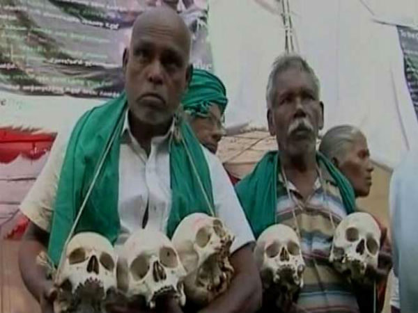 Drought-hit farmers of Tamil Nadu protest with skulls demanding relief in Delhi