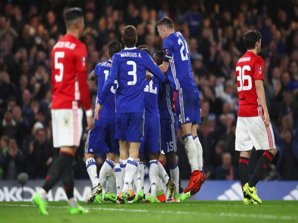 Chelsea players (centre) celebrate (Image courtesy: Chelsea Twitter handle)