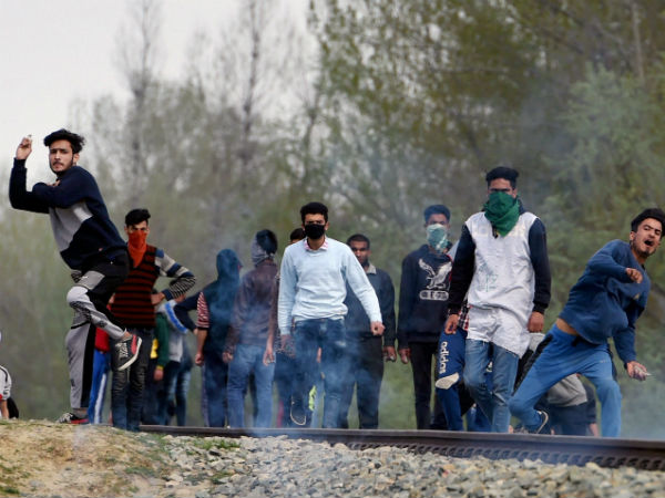 Stone pelters in Kashmir mobilised by over 300 Whatsapp groups
