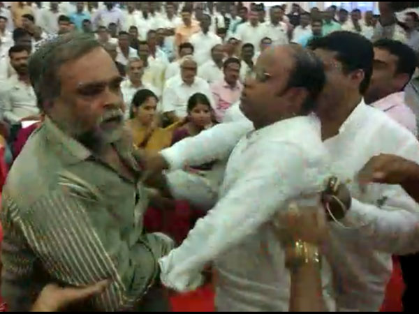 BSY supporters create ruckus at Eshwarappa's 'BJP bachao' meet