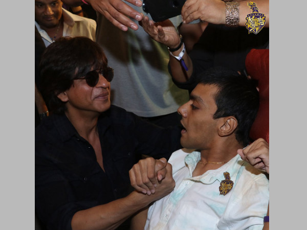 Shah Rukh Khan (left) with a KKR fan