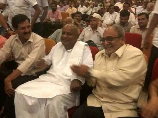 HD Deve Gowda in chit-chat with JD (U) leader MP Nadagowda