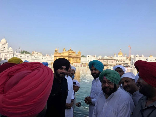 Punjab Chief Minister Captain amarinder Singh along with his ministers offered prayers at Golden Temple. Photo credit: @capt_amarinder/Twitter.