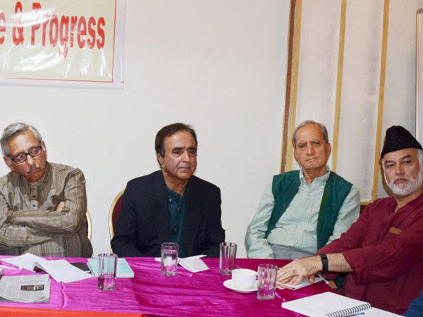 Mani Shankar Aiyar meets Hurriyat leader Mirwaiz Farooq ...