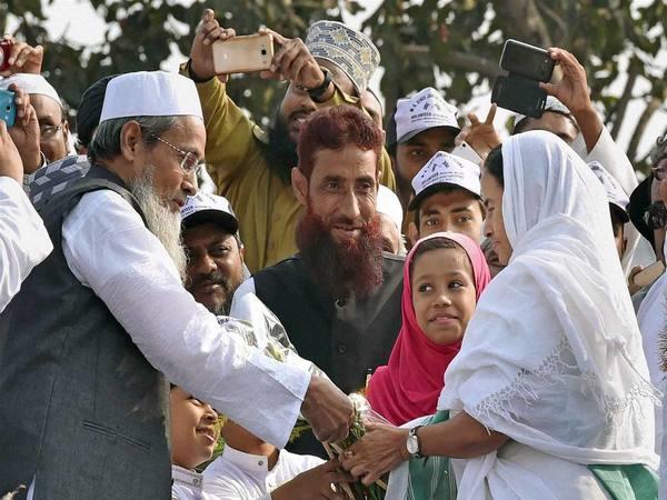[Imam Barkati takes red beacon off, Minister Siddiqullah Chowdhury still has]