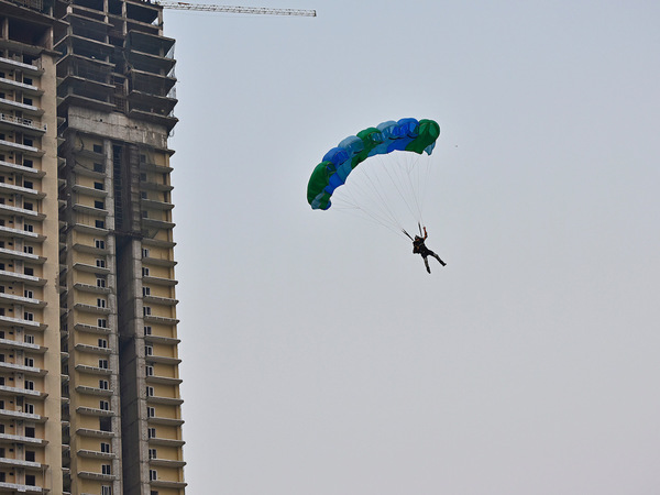 Ex-Army man performs daredevil jump from 600 ft above ground
