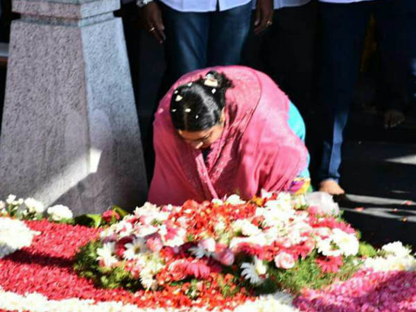Deepa stakes claim to Jayalalithaa's Poes Garden residence, denied entry