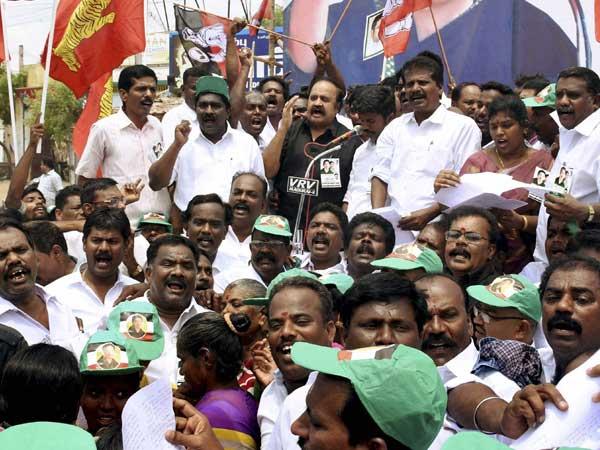More MLAs joining TTV Dinakaran's camp, Dinakaran visits Sasikala in Jail
