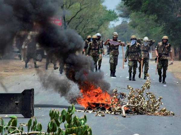 Farmers protest near Thane; police van torched
