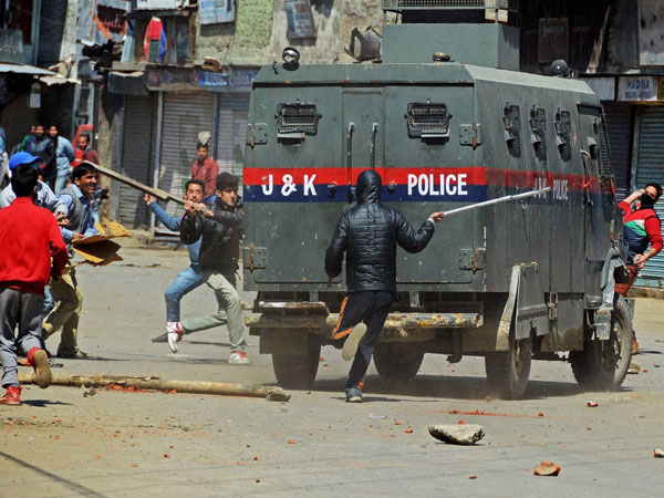 Mob lynch police officer outside Srinagar's Jamia Masjid
