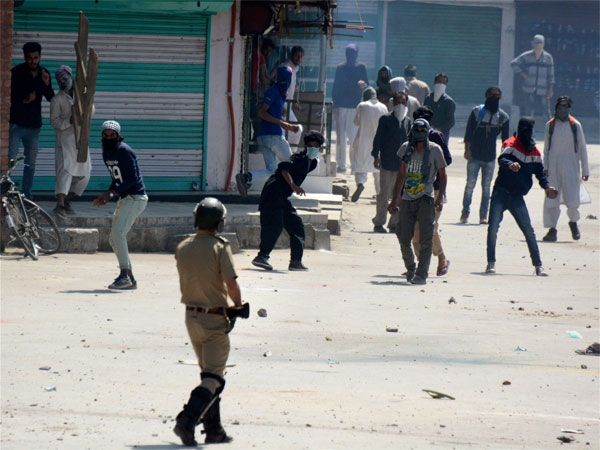 Eid marred by pelting, teargas in Kashmir; Protesters and police clash