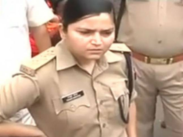 This brave UP woman police officer teaches unruly BJP workers a perfect lesson