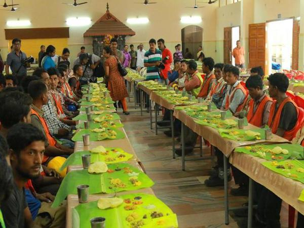 Kochi Metro serves 'Sadhya' to migrant workers ahead of inauguration