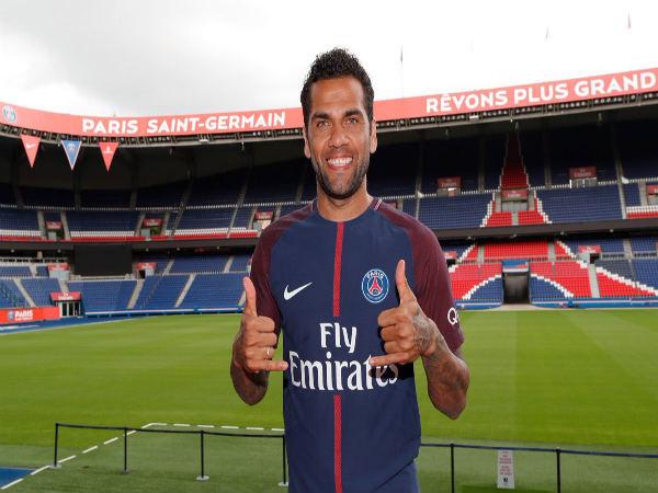 Official: PSG confirms signing Dani Alves until 2019