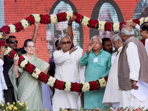 Sonia Gandhi speaks to Nitish Kumar and Lalu Prasad; tries to save 'Mahagathbandhan'