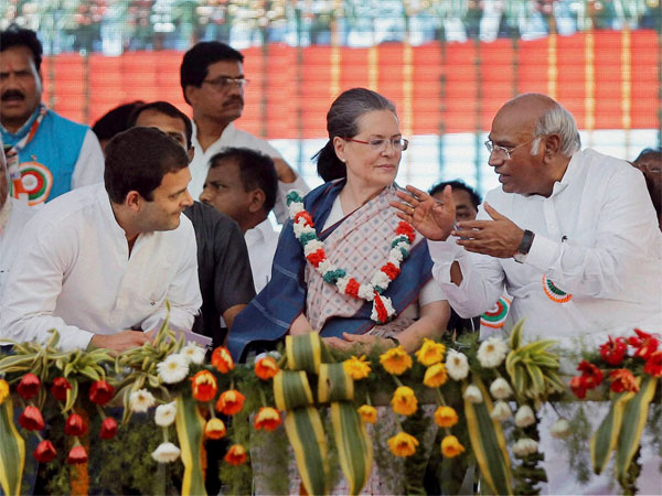 Congress President Sonia Gandhi, Vice President Rahul Gandhi and party leader Mallikarjun Kharge at a public meeting