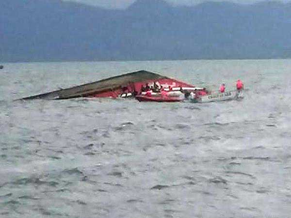 Eight drown while clicking selfies on boat