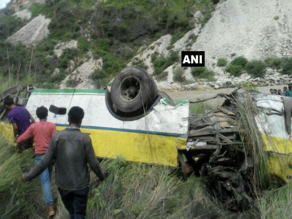 28 killed after bus plunges off mountain in India